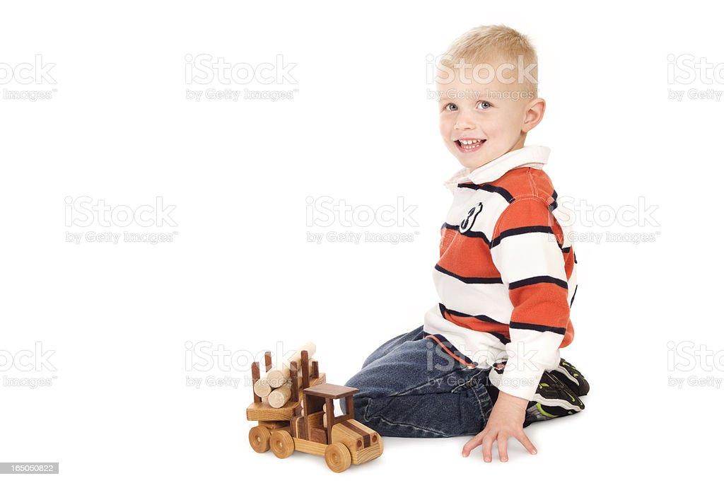 Kleine 3 Jahre spielt mit seinem neuen Holz-LKW – Foto