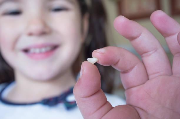 5 Jahre alte Mädchen zeigen ihre ersten Milchzahn heraus gefallenen – Foto