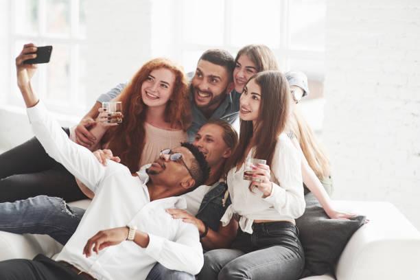 Ein wenig Alkohol wird nicht überflüssig. Gruppe von multirassischen Teamkollegen, die eine gute Zeit auf ihrer Pause und ein paar Fotos – Foto
