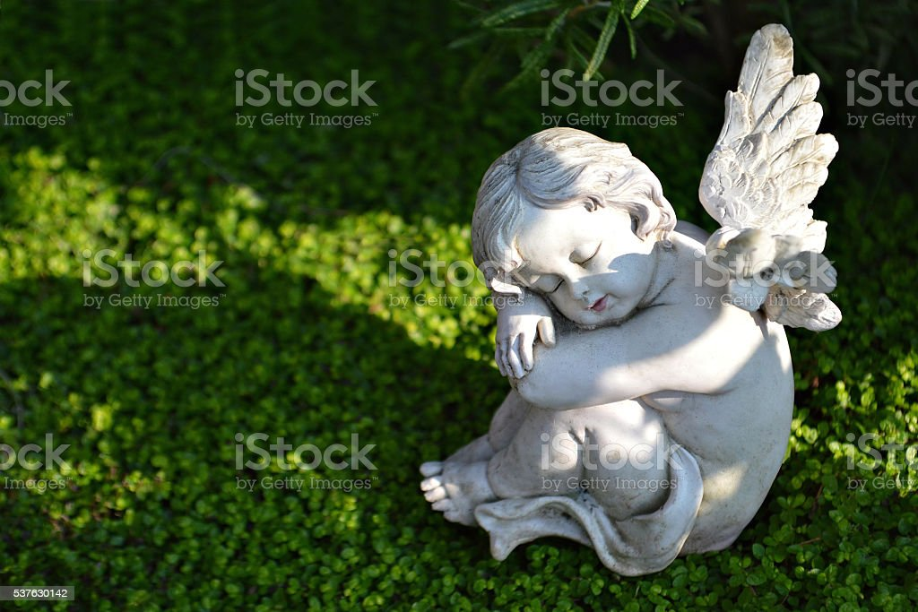 Peu Angels de figurines sur la tombe - Photo