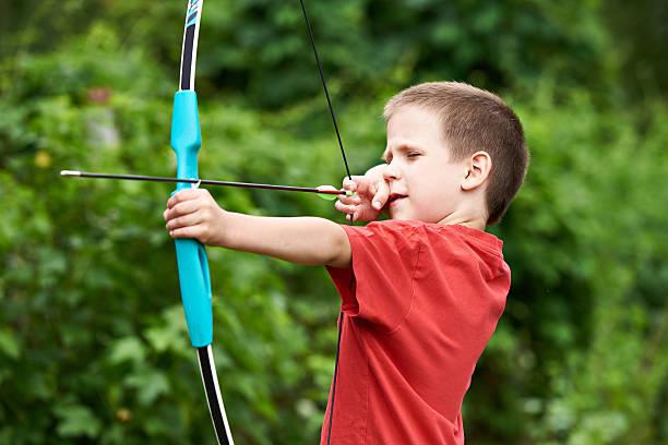 little archer with bow and arrow - tir à l'arc photos et images de collection
