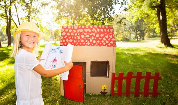 kleine architekt vor playhouse - mädchen spielhaus stock-fotos und bilder