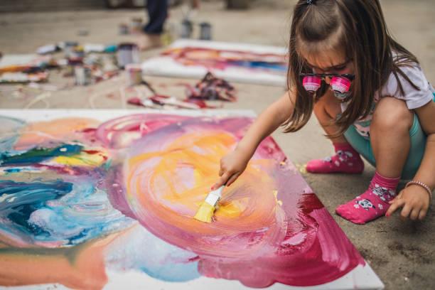 kleine künstler - naive malerei stock-fotos und bilder