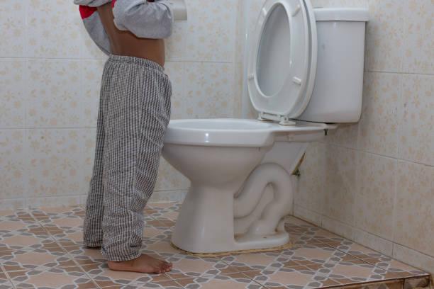 kleine asiatische junge urin in die toilette - kinder wc stock-fotos und bilder