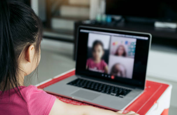 Kleine asiatische Mädchen, die Online-E-Learning-Plattform-Klasse von zu Hause aus, während die Schule während Coronavirus Ausbruch geschlossen wurde. – Foto