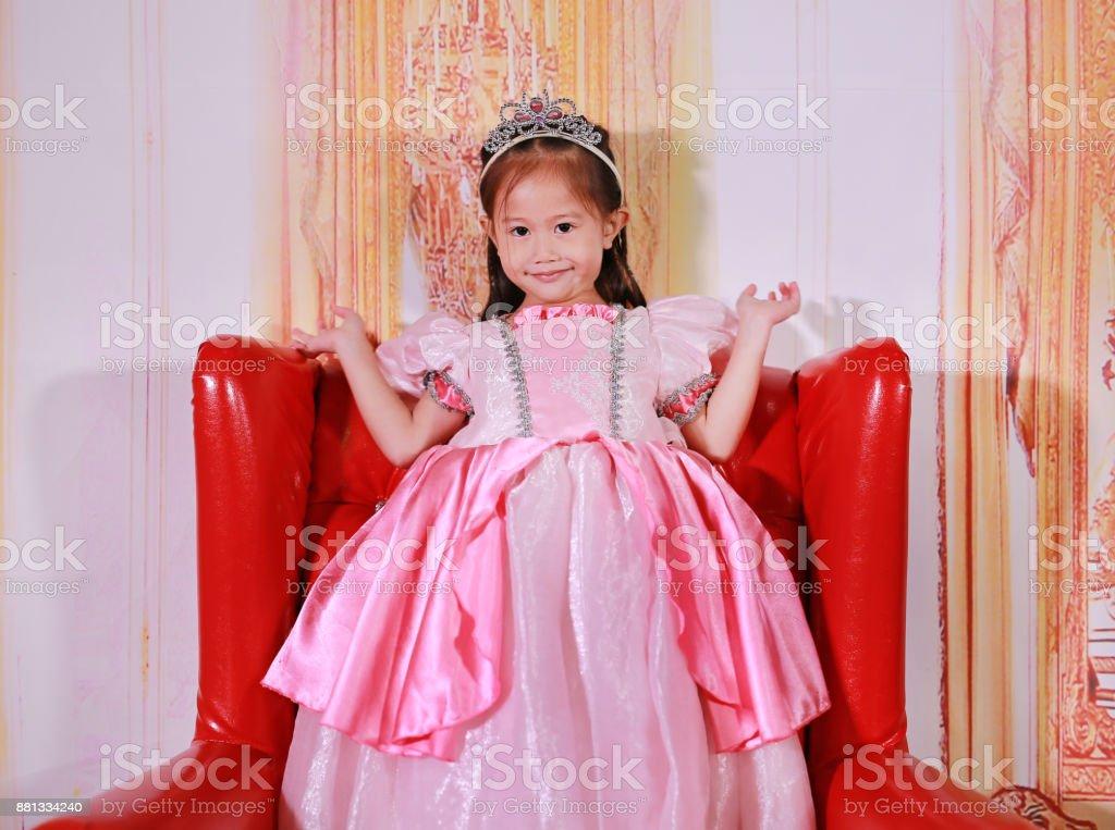 Niña Asiática Vestida Como Una Princesa Niño En Vestido De