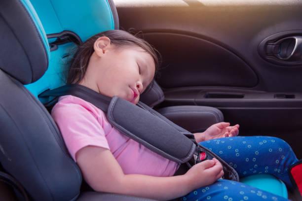 petite fille asiatique, dormant sur le siège auto dans la voiture - child car sleep photos et images de collection