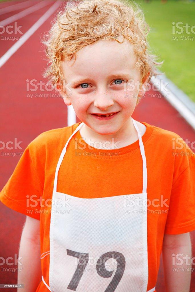 Kleine Sportler im running track Lizenzfreies stock-foto