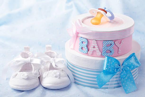 kleines baby booties - geschenk zur taufe stock-fotos und bilder