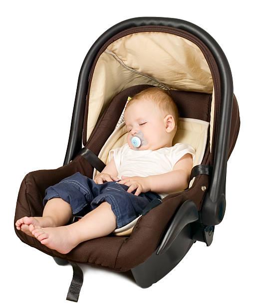 petit garçon dans un siège de voiture concept de sécurité - child car sleep photos et images de collection