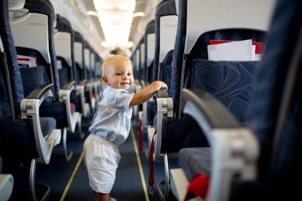 Niño bebé, jugar con juguetes a bordo de la aeronave - foto de stock
