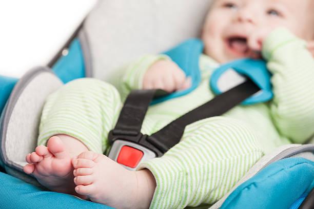 petit bébé dans un siège de sécurité pour enfant - child car sleep photos et images de collection