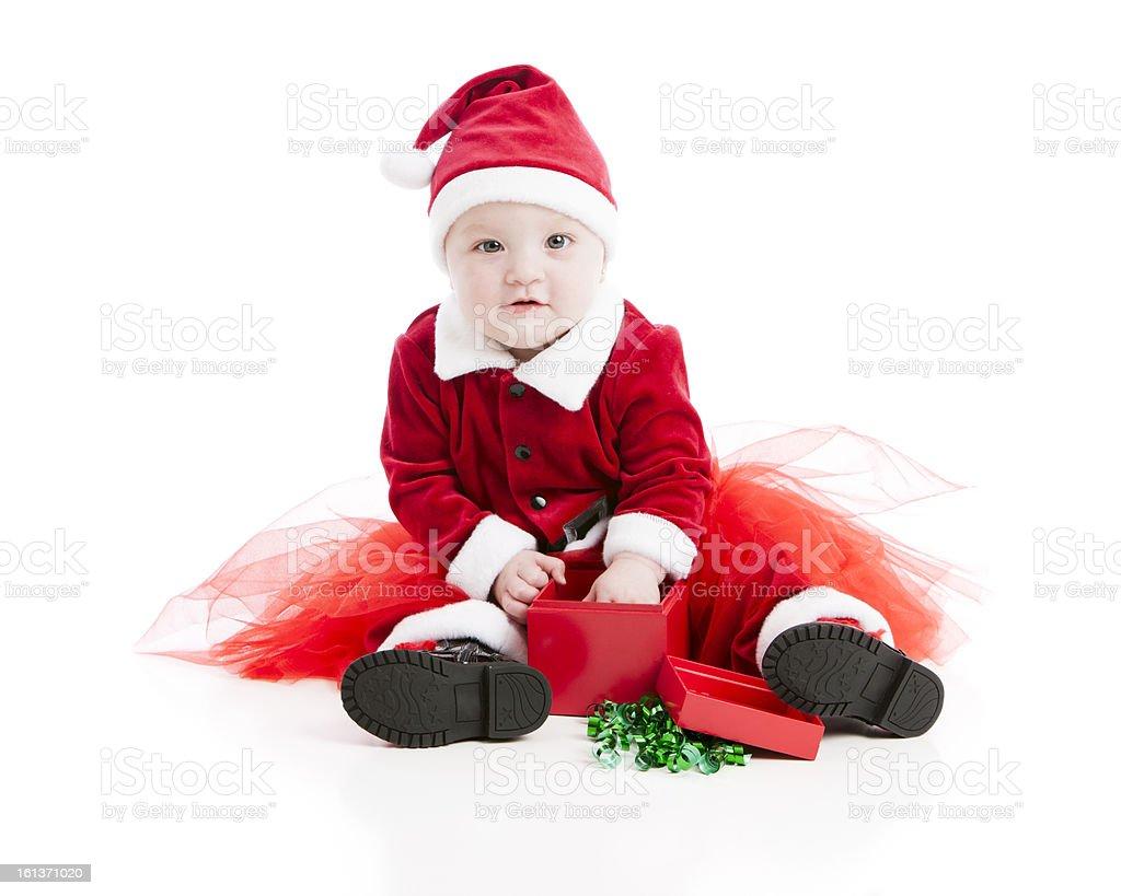 Piccola ragazza bambino vestito come Babbo Natale si apre regalo di Natale  foto stock royalty- bb798ef41ce