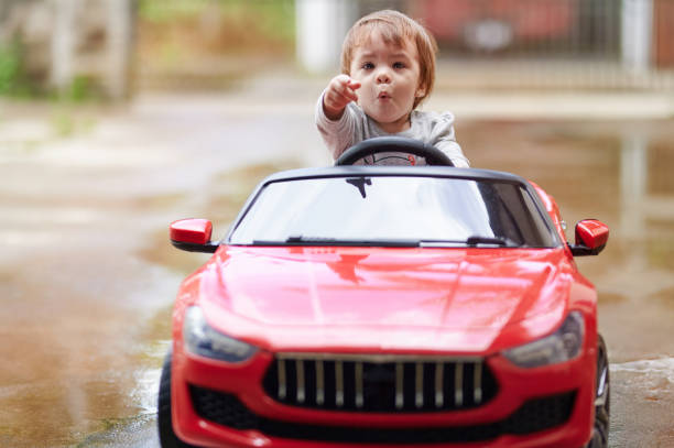 Kleines Baby Mädchen sitzen im Auto und Punkt – Foto