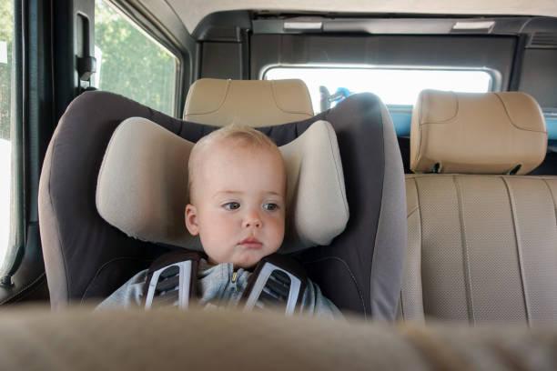 Kleines Baby in Booster Stuhl – Foto