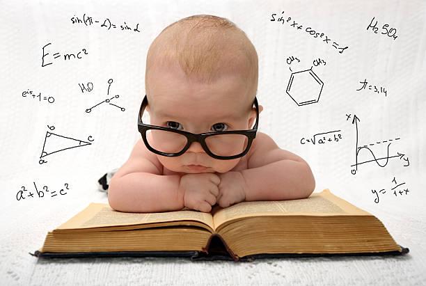 Pequeno bebê em óculos com eauations cerca - foto de acervo