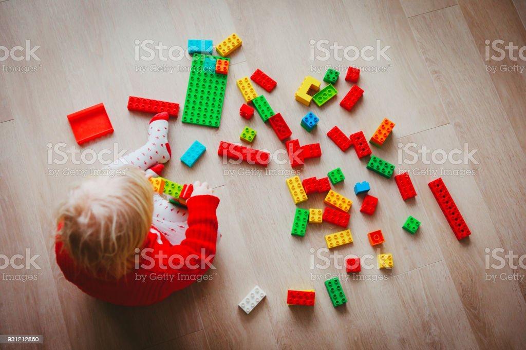 カラフルなプラスチック製のブロックで遊ぶ赤ちゃん ストックフォト