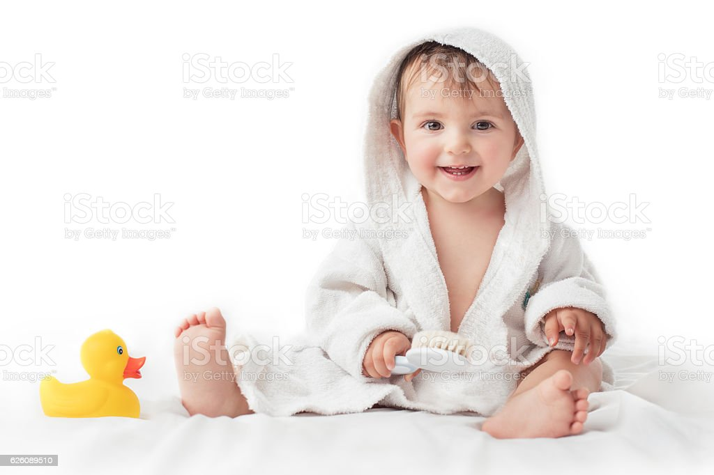 Little baby smiling under a white towel, bath time concept – Foto