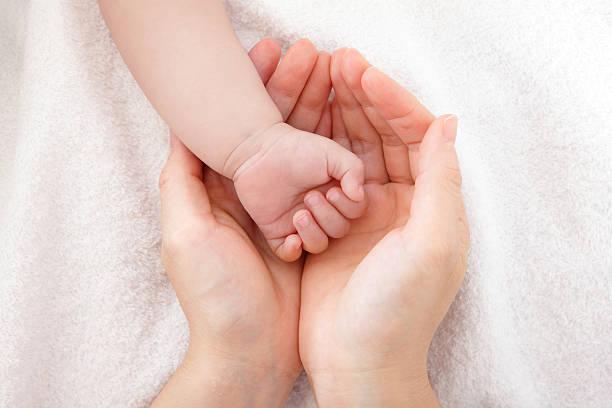 Kleines baby mit Mutter hand – Foto