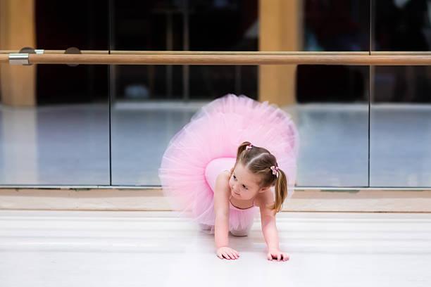 kleine ballerina in ballett-klasse - prinzessinnenschuhe stock-fotos und bilder