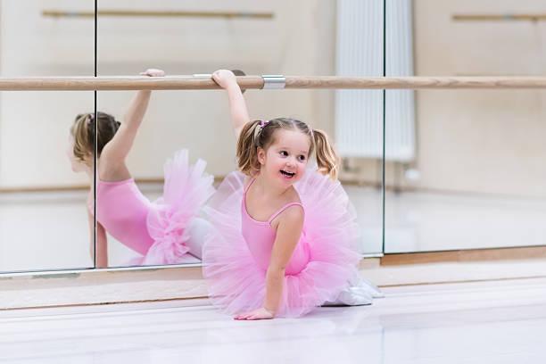 kleine ballerina in ballett-klasse - prinzessinnen tutu stock-fotos und bilder