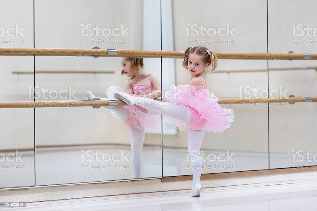 Little bailarina na aula de dança - foto de acervo