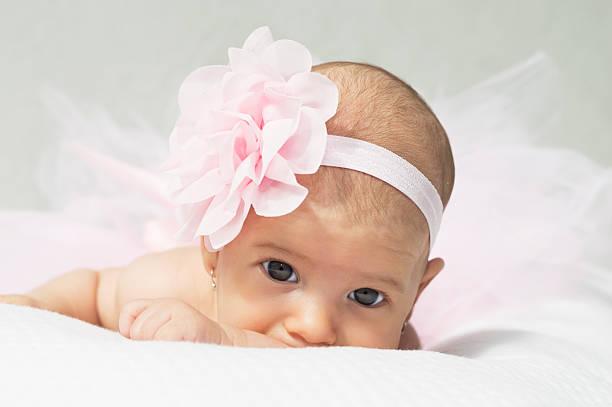 kleine ballerina in rosa ballettröckchen - prinzessinnen tutu stock-fotos und bilder