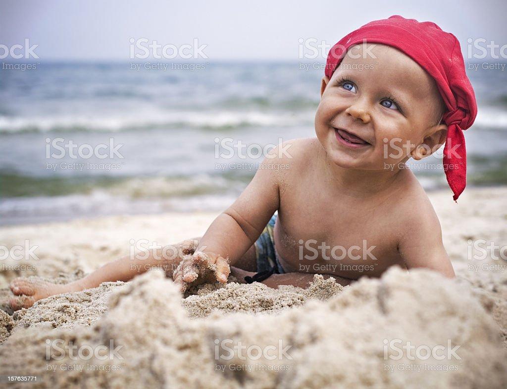 Poco niño en la playa - foto de stock