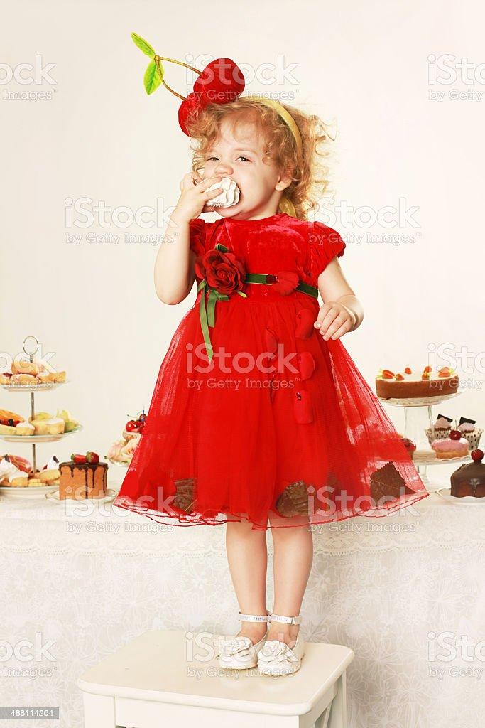 Belle fille avec des petits gâteaux. Prise de vue en Studio - Photo
