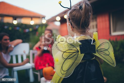 istock Little bee is ready for the Halloween 607733610