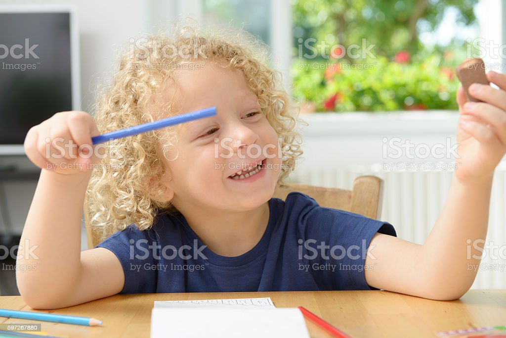 little blond boy drawing in his home photo libre de droits