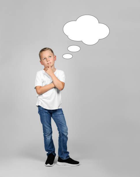 kleiner blonder junge denkt mit einem gedanken bubble - fragen für jungs stock-fotos und bilder