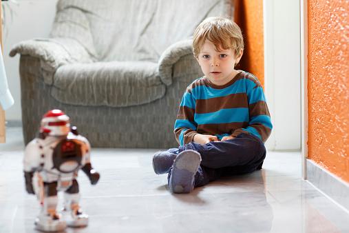 Poco Niño Rubia Jugando Con Juguetes En Casa Robot Bajo Techo Foto de stock y más banco de imágenes de Actividad
