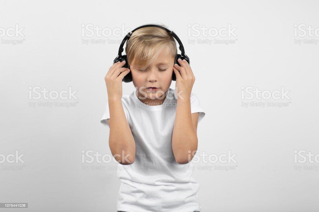 Kleinen blonden Jungen mit einem Kopfhörer – Foto