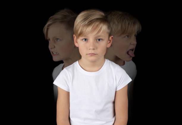 kleinen blonden Jungen mit sieht traurig – Foto