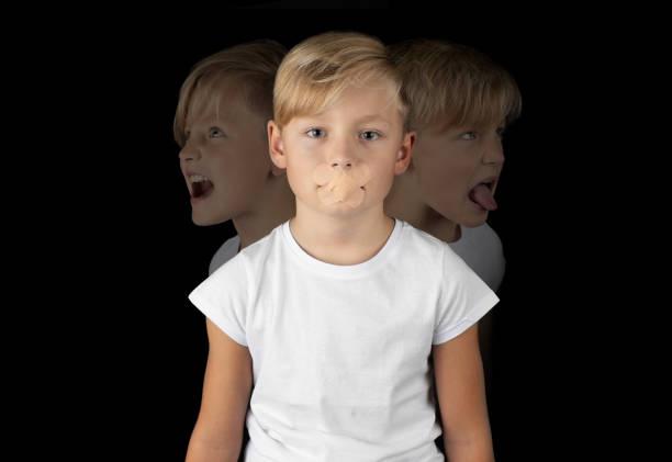 kleinen blonden Jungen mit Pflaster auf den Mund mit seine wahren Gefühle hinter – Foto