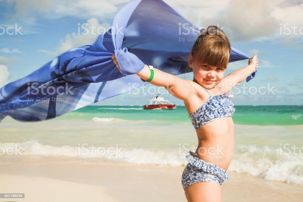 Garotinha loira de branco com xale azul - foto de acervo