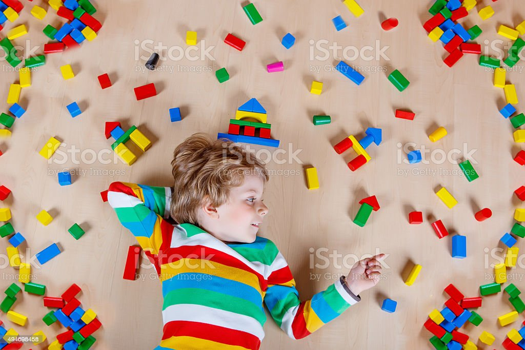 Little Blonde Kind spielen mit bunten hölzernen blocks Innenpool – Foto