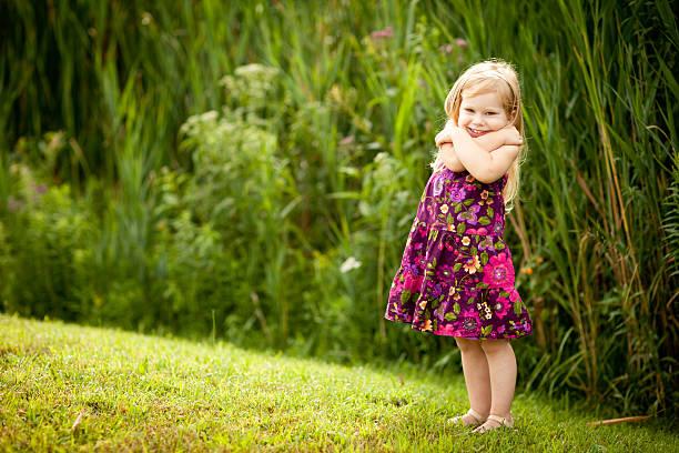 Petite fille blonde avec beau sourire, qui elle-même Hug - Photo