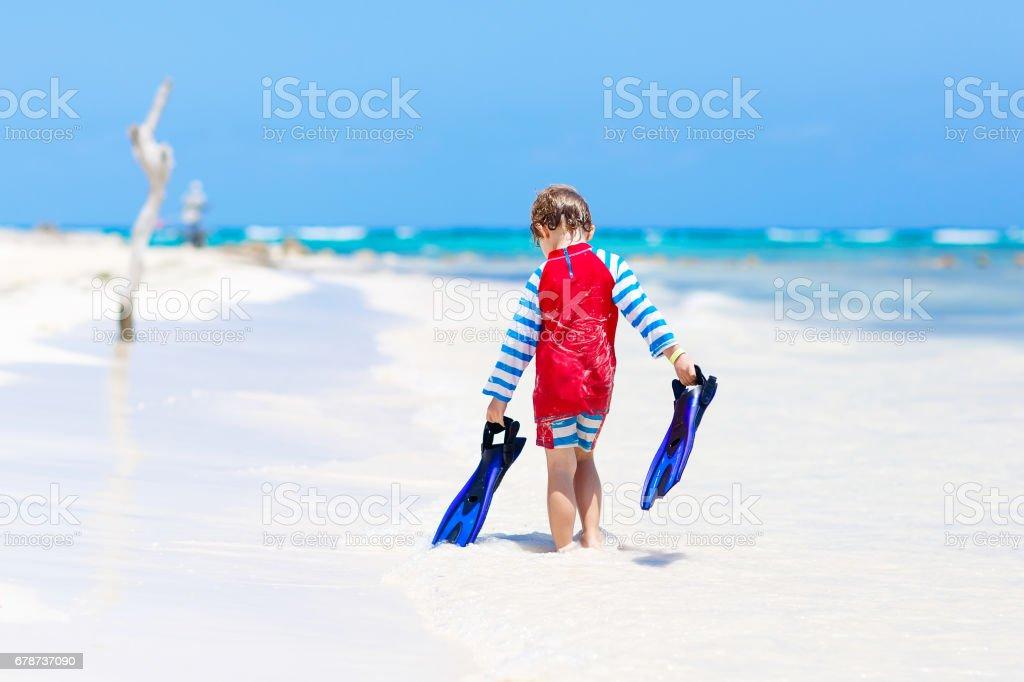 petit garçon blond enfant s'amuser sur la plage tropicale des Maldives photo libre de droits