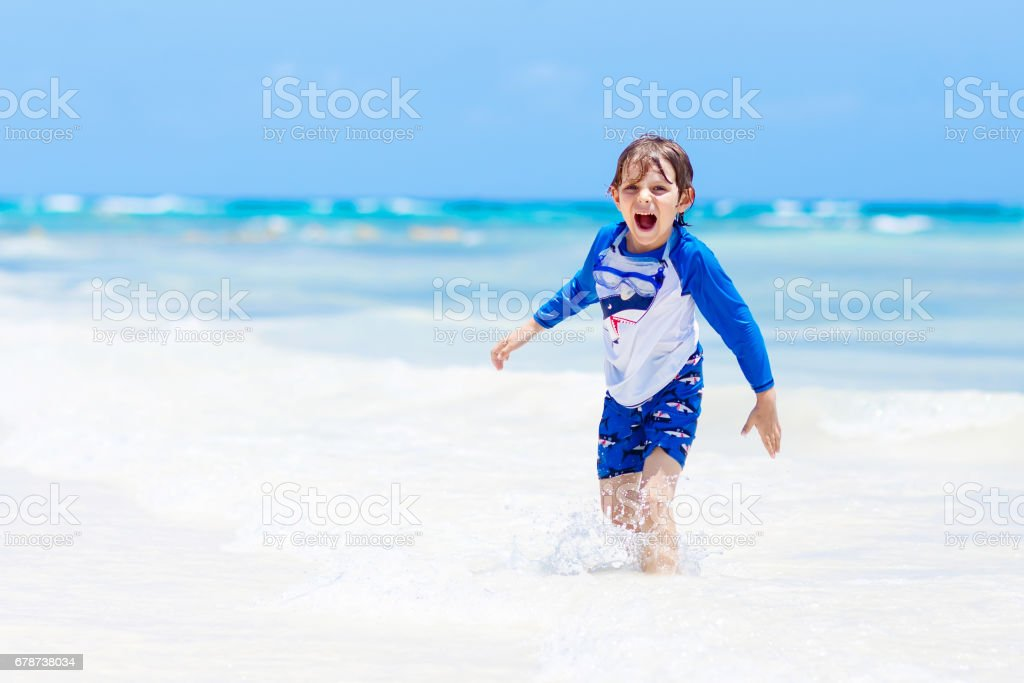 küçük sarışın çocuk çocuk tropikal Maldivler plaj üzerinde eğleniyor royalty-free stock photo