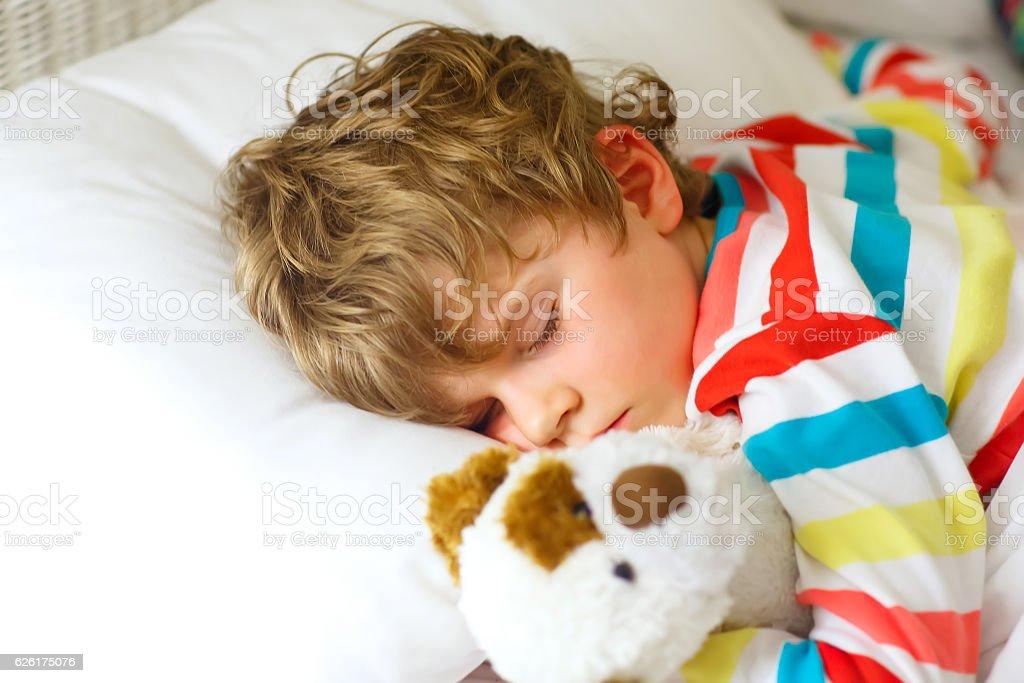 little blond kid boy in colorful nightwear clothes sleeping – Foto
