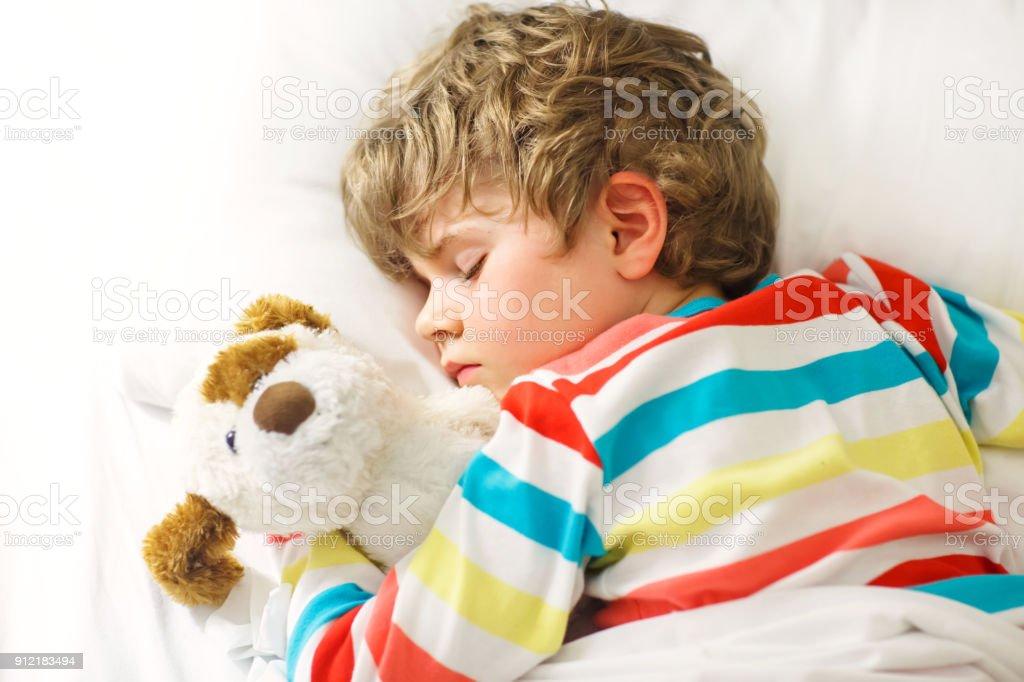 junge blonde Kind in bunten Nachtwäsche Klamotten schlafen – Foto