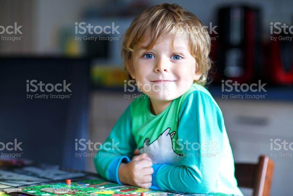 Kleine blonde Kind junge Brettspiel zusammen zu Hause. Lustige Kinder Spaß – Foto
