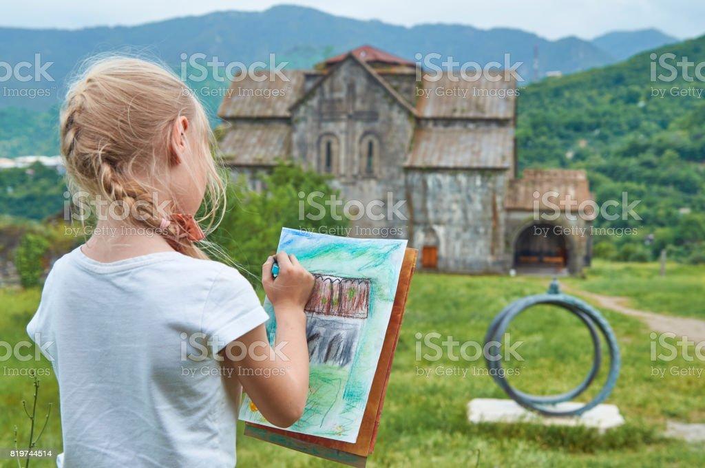 Kleine Blonde Zeichnen Eine Alte Kirche Stockfoto Und Mehr Bilder Von Alt Istock
