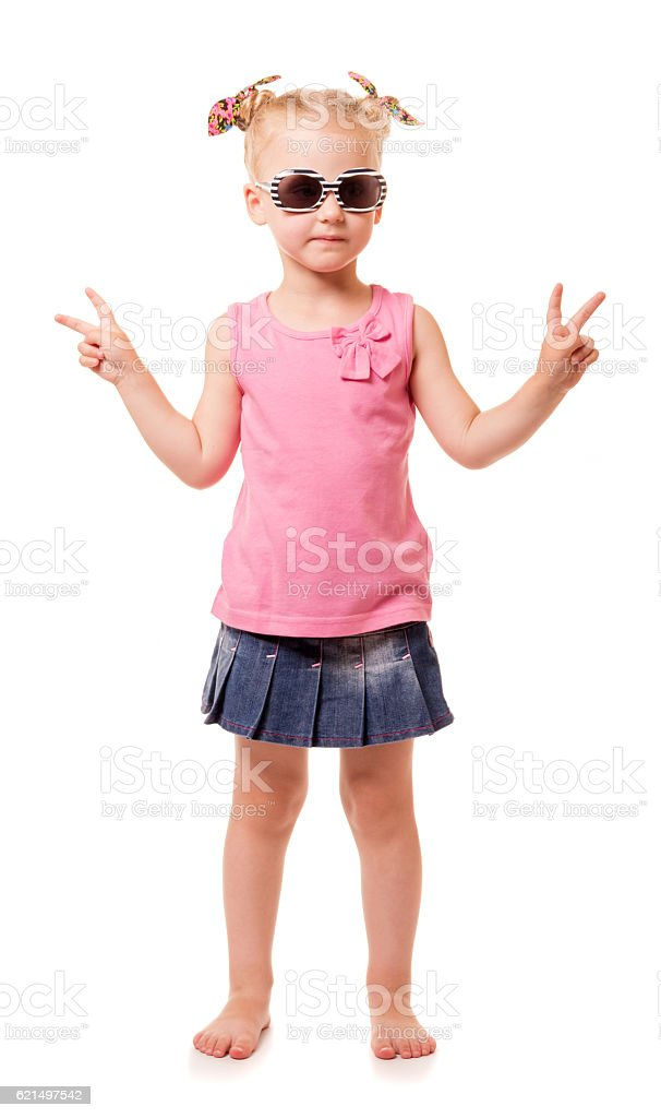 Little blonde girl in sunglasses shows victory sign isolated. photo libre de droits