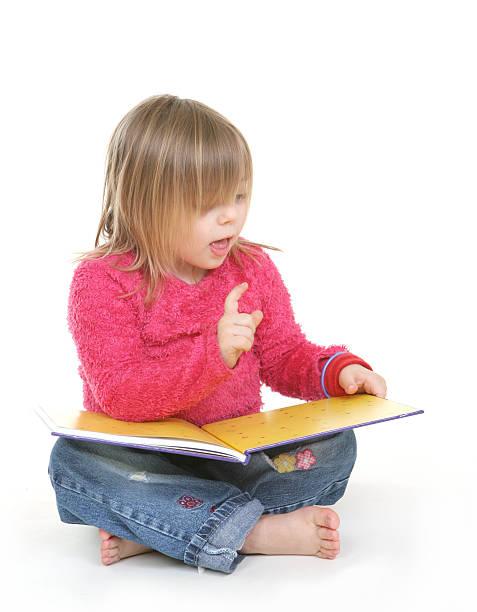 kleines mädchen lesen - kurzgeschichten stock-fotos und bilder