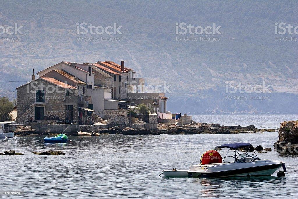 Pequenos barcos na frente de casas, Komiza na Ilha Vis - foto de acervo