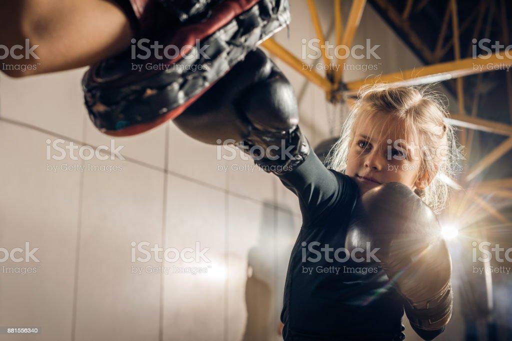 Pequeno boxeador tendo um treinamento com seu treinador irreconhecível em um ginásio de esportes. - foto de acervo