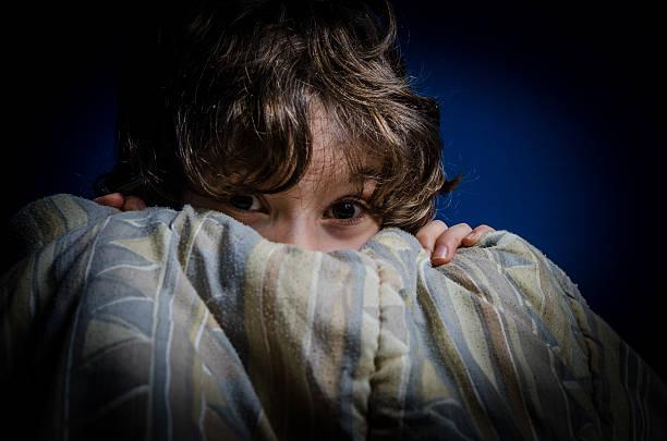 Kleine Junge Angst hidind hinter seinem Bett Bettwäsche – Foto